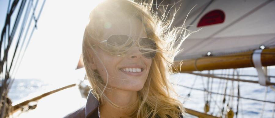 Schiffbau,Reise,Tagesausflug,Einzelperson, eine Person,Kopfhaar,blond,hellhaarig,Europäer,Outdoor,Wassersport,Segeln,Entertainment,freie Natur,Wetter,Wind,Verkehr,Transport,Schifffahrt,Wasserfahrzeug,Boot,Deck,Reichtum,Sorglosigkeit,Spaß,lächeln,amüsieren,Entspannung,Befriedigung,ruhen,Konzept,Glück,Abenteuer,Wochenende,20,Farbe, Farben,Close-up, close-ups, close up, close ups,Wasser,Meer,Urlaub,Portrait,Querformat,Fotografie,Halbportrait,Gegenlicht,frontal,Farbaufnahme,  Farbe,Außenaufnahme,Natur,Anzahl,Mensch,junger Erwachsener, junge Erwachsene,20-30 Jahre, 20 bis 30 Jahre, Twen,20-25 Jahre, 20 bis 25 Jahre,25-30 Jahre, 25 bis 30 Jahre,weiblich - Mensch,Erwachsener,Frau,Haar,Haarfarbe,Emotion,Fröhlichkeit,Freiheit,Bewunderung,Gegenstand,Brille,Sonnenbrille,Zeit,Versuchung,Freizeit,Tag,Ozean,Gewässer,schattig,Sonnenlicht,Sonnenstrahl,Selbstvertrauen,Zeitpunkt,Rest, Überrest,timing,Blendenfleck, lens flare,Natürlichkeit